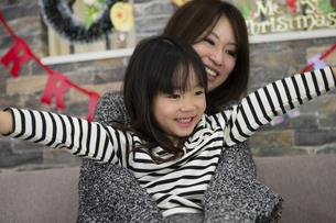 クリスマスを過ごすお母さんと娘の写真素材 [FYI00921721]