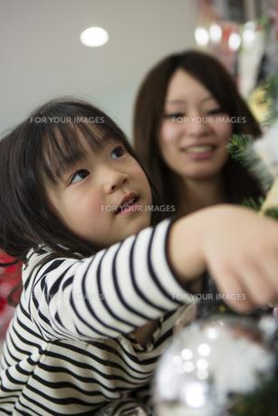 ツリーを飾りつけるお母さんと娘の素材 [FYI00921722]