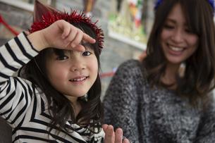 クリスマスを過ごすお母さんと娘の素材 [FYI00921723]