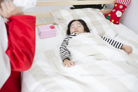 眠る子供とサンタクロースの素材 [FYI00921724]