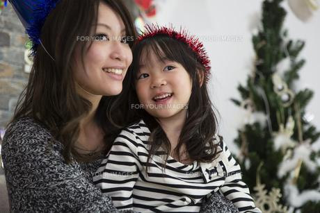 クリスマスを過ごすお母さんと娘の写真素材 [FYI00921726]