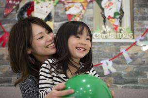 クリスマスを過ごすお母さんと娘の写真素材 [FYI00921727]