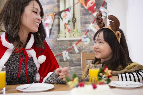 クリスマスケーキと親子の素材 [FYI00921729]