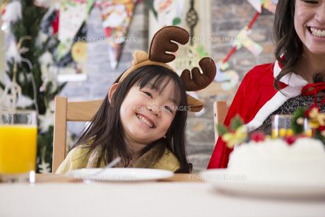 クリスマスケーキと親子の素材 [FYI00921730]