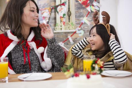 クリスマスケーキと親子の写真素材 [FYI00921731]