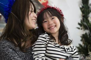 クリスマスを過ごすお母さんと娘の写真素材 [FYI00921733]