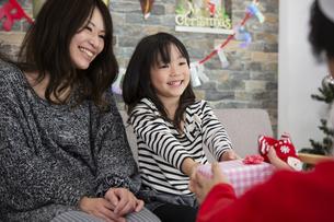 サンタとお母さんと女の子の素材 [FYI00921734]