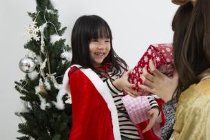クリスマスを過ごすお母さんと娘の素材 [FYI00921735]