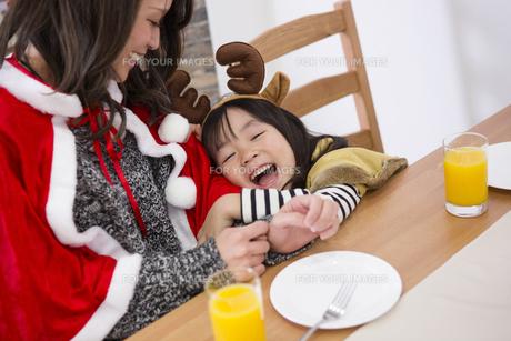 クリスマスケーキと親子の写真素材 [FYI00921736]