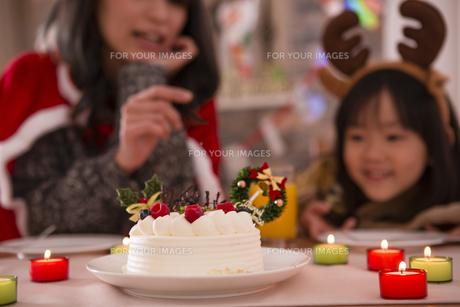 クリスマスケーキと親子の写真素材 [FYI00921738]