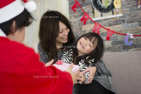 サンタとお母さんと女の子の写真素材 [FYI00921741]