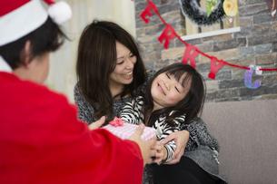 サンタとお母さんと女の子の素材 [FYI00921741]