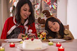 クリスマスケーキと親子の素材 [FYI00921742]