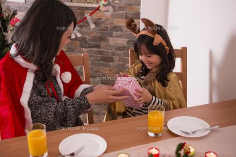クリスマスプレゼントを渡す母親の写真素材 [FYI00921743]