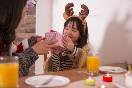 クリスマスプレゼントを渡す母親の写真素材 [FYI00921744]
