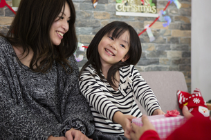 サンタとお母さんと女の子の写真素材 [FYI00921745]