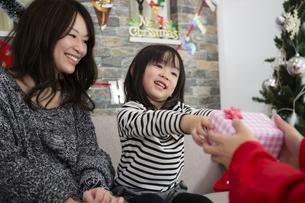 サンタとお母さんと女の子の写真素材 [FYI00921747]