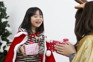 クリスマスを過ごすお母さんと娘の素材 [FYI00921748]