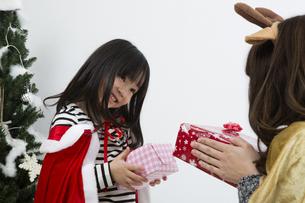クリスマスを過ごすお母さんと娘の写真素材 [FYI00921752]