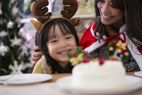クリスマスケーキと親子の写真素材 [FYI00921753]