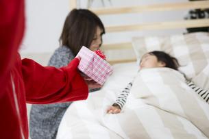 眠る子供を見守る母親とサンタクロースの写真素材 [FYI00921754]