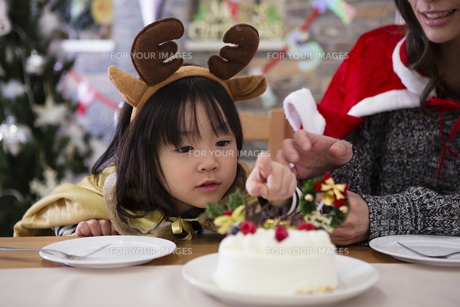 クリスマスケーキと親子の写真素材 [FYI00921755]