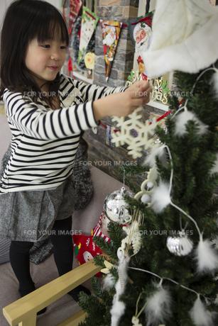 ツリーを飾りつけるお母さんと娘の写真素材 [FYI00921757]