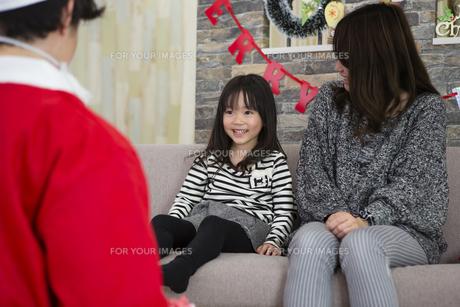 サンタとお母さんと女の子の写真素材 [FYI00921758]