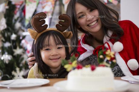 クリスマスケーキと親子の素材 [FYI00921762]