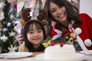 クリスマスケーキと親子の写真素材 [FYI00921762]