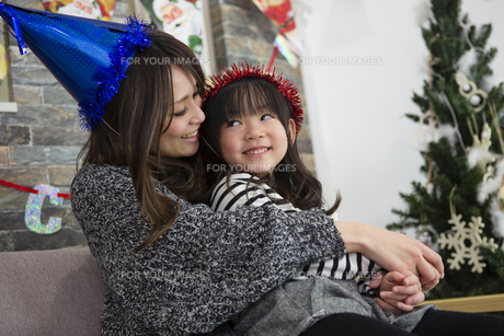 クリスマスを過ごすお母さんと娘の素材 [FYI00921766]