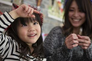 クリスマスを過ごすお母さんと娘の写真素材 [FYI00921768]