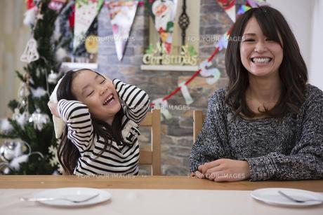 クリスマスを過ごすお母さんと娘の写真素材 [FYI00921769]