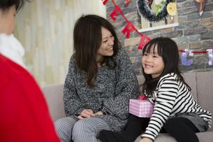 サンタとお母さんと女の子の写真素材 [FYI00921770]