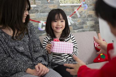 サンタとお母さんと女の子の素材 [FYI00921771]
