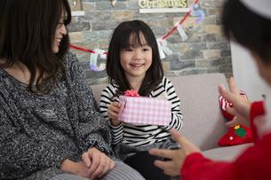 サンタとお母さんと女の子の写真素材 [FYI00921771]