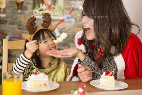 クリスマスケーキと親子の写真素材 [FYI00921772]