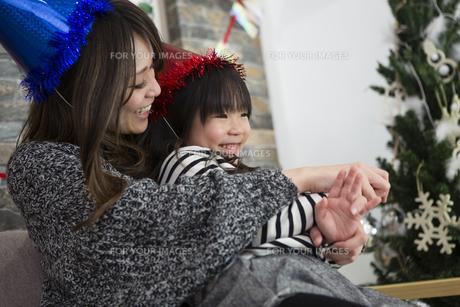 クリスマスを過ごすお母さんと娘の素材 [FYI00921773]