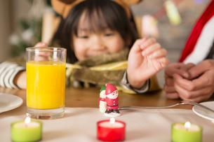 クリスマスのおもちゃと女の子の写真素材 [FYI00921776]