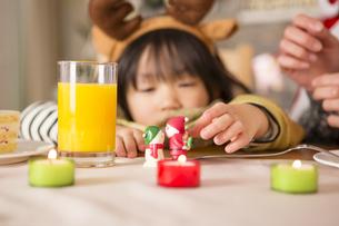 クリスマスのおもちゃと女の子の素材 [FYI00921778]