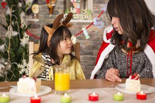 クリスマスケーキと親子の写真素材 [FYI00921781]