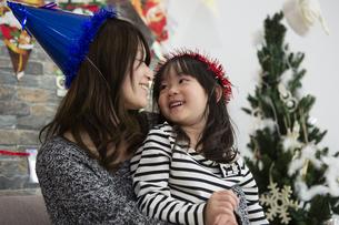 クリスマスを過ごすお母さんと娘の写真素材 [FYI00921782]