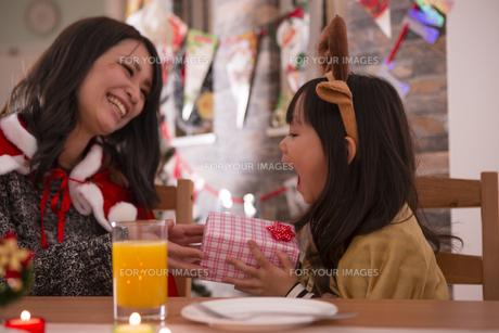 クリスマスプレゼントを渡す母親の写真素材 [FYI00921783]