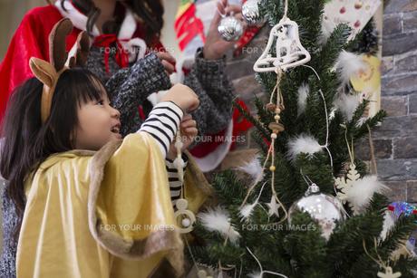 ツリーを飾り付けるお母さんと娘の素材 [FYI00921784]