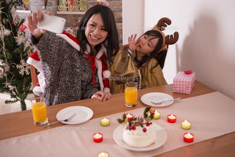 クリスマスに記念撮影をする親子の写真素材 [FYI00921790]