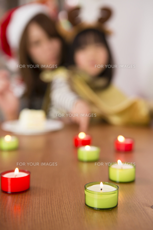 クリスマスキャンドルと親子の素材 [FYI00921798]