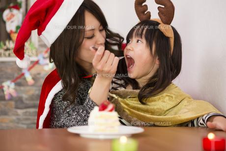 クリスマスケーキと親子の写真素材 [FYI00921799]