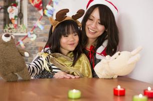 クリスマスを過ごすお母さんと娘の素材 [FYI00921800]