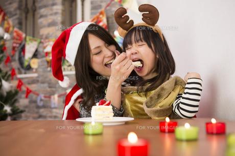 クリスマスケーキと親子の写真素材 [FYI00921801]