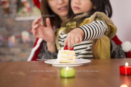 クリスマスケーキと親子の写真素材 [FYI00921802]